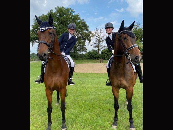 Foto: Lia Müller auf Flovinio (links) und Kim Kubla auf Fritzi (rechts)