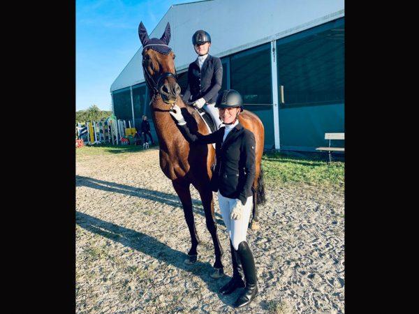 L**-Dressurreiter in Warendorf: Lia Müller mit Pferd Flovinio , Kim Kubla hält das Pferd am Zügel - für beide Reiterinnen Platz 2 mit einer Wertnote von 8,3